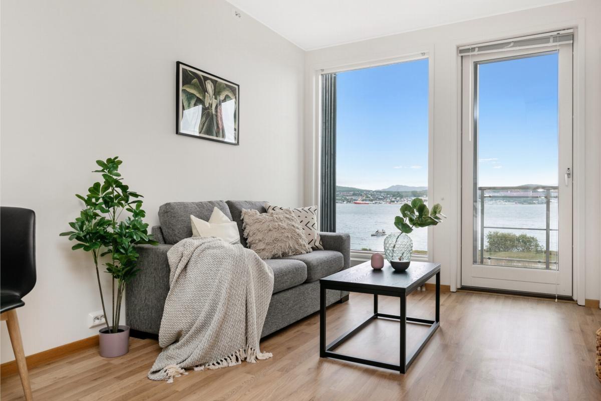 Flott 2-roms toppleilighet med garasje, heis og fantastisk utsikt (Bilde fra tilsvarende leilighet)