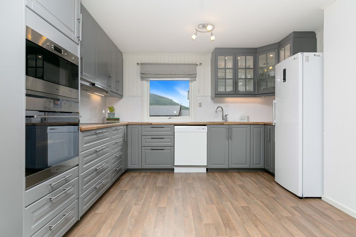 Kjøkkenet er romslig med god plass til oppbevaring i skuffer og skap