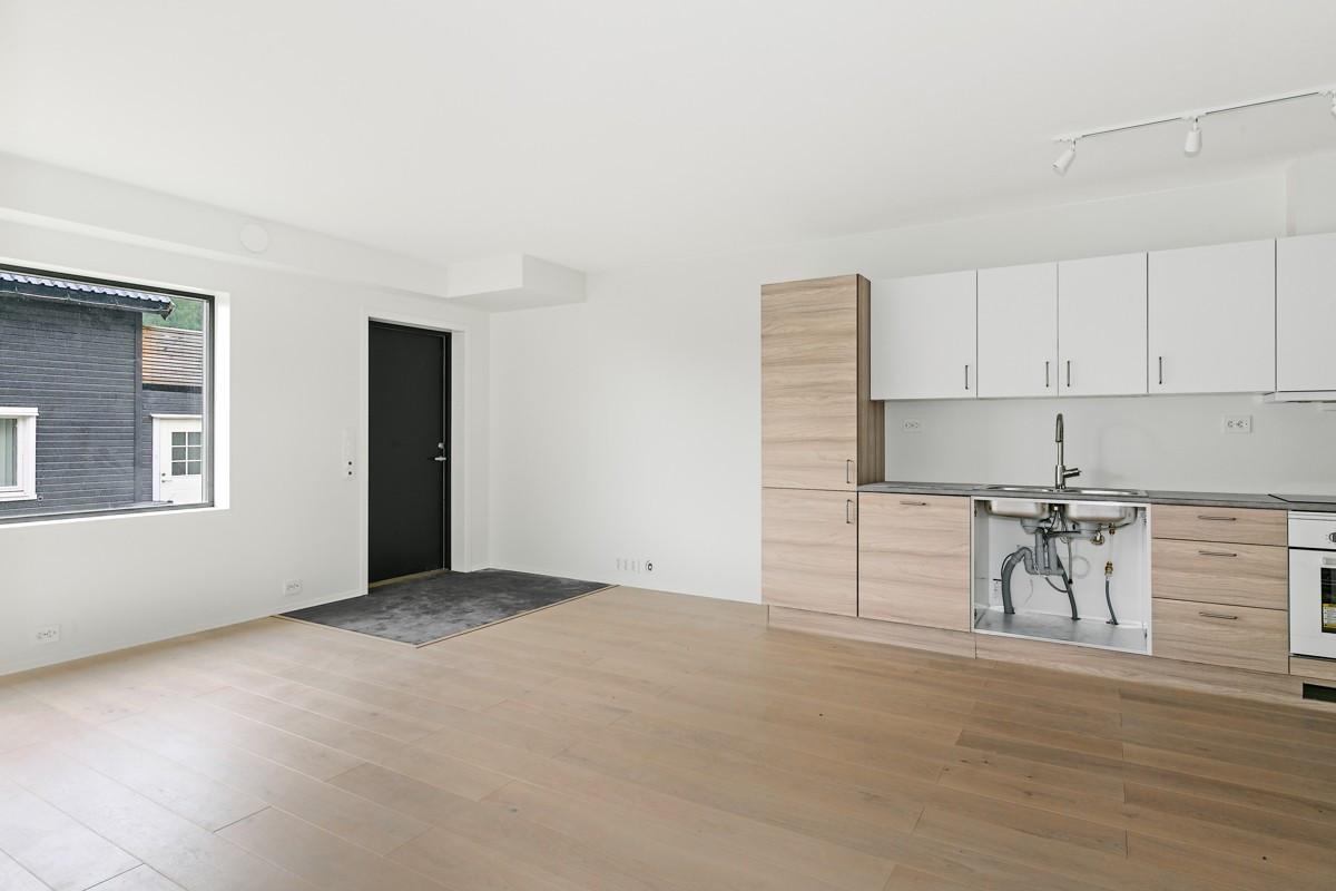 Romslig stue/kjøkken med parkett og varmekabler i gulv