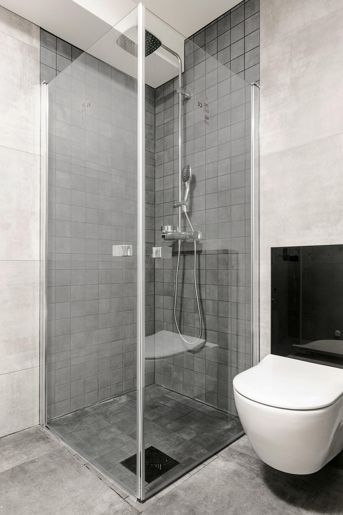 """Moderne og komplett flislagt bad med gulvvarme, vegghengt wc og dusj med """"waterfall"""""""
