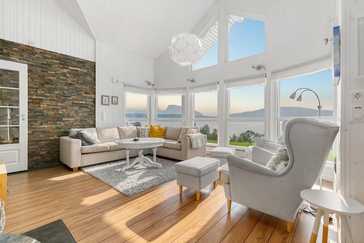 Luftig og lys hytte med moderne kvaliteter og store vindusflater