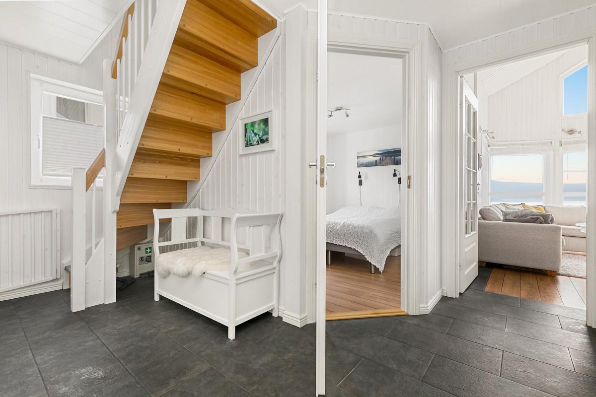 I 1. etasje er det en romslig gang/hall med varme i gulvet