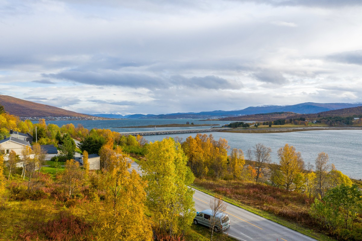 Utsikten fra tomten er mot fjorden og Håkøya