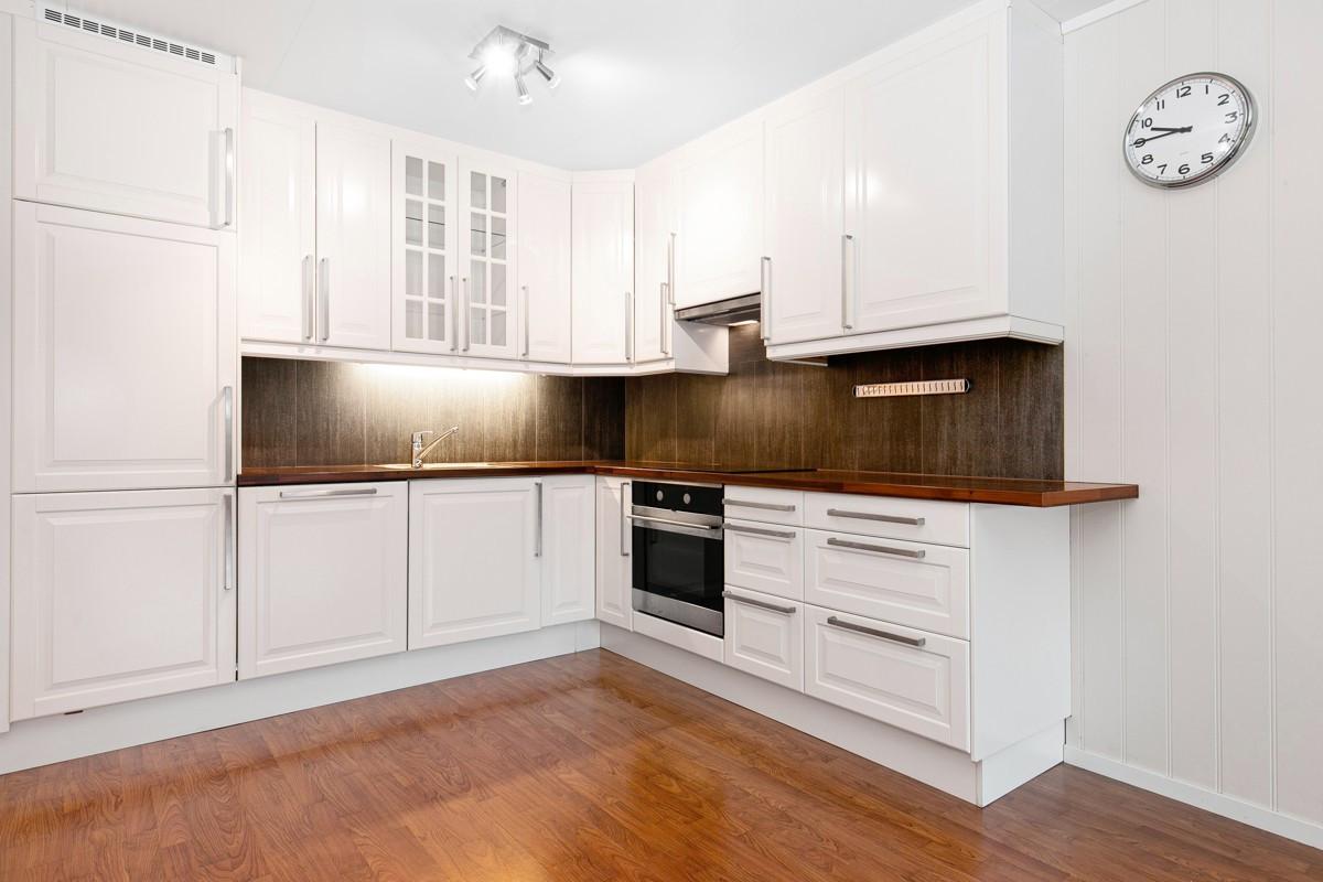 Moderne kjøkkeninnredning med integrerte hvitevarer
