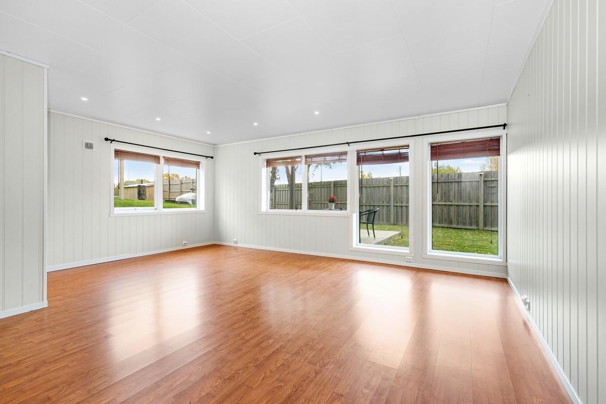 Store vindusflater i stue som sørger for godt lysinnslipp