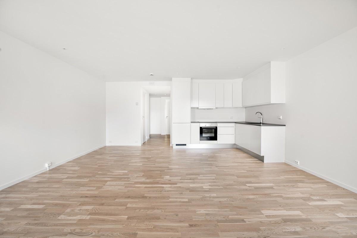 Stor og åpen stue-/kjøkkenløsning med parkett på gulv (Bildet e rhentet fra tilsvarende leilighet, avvik kan forekomme)