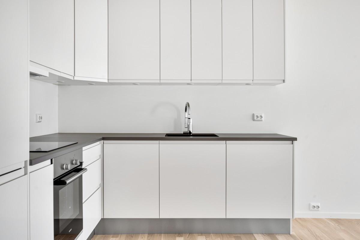 Moderne kjøkkeninnredning med gode oppbevaringsmuligheter i over-og underskap (Bildet er hentet fra tilsvarende leilighet, avvik kan forekomme)