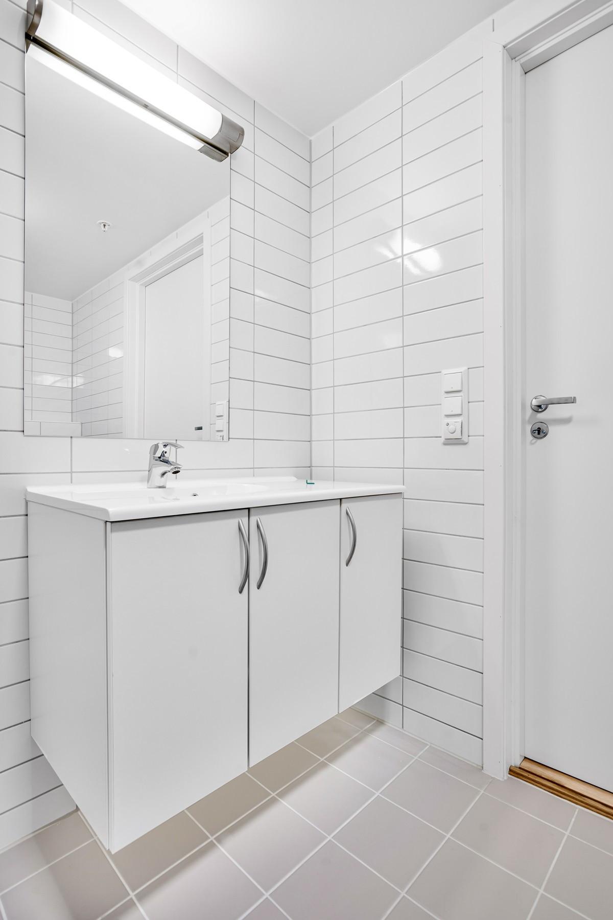 Moderne baderomsinnredning med gode oppbevaringsmuligheter (Bildet er hentet fra tilsvarende leilighet, avvik kan forekomme)