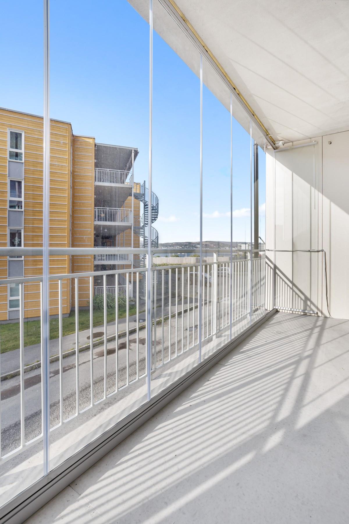 Praktisk innglasset balkong (Bildet er hentet fra tilsvarende leilighet, avvik kan forekomme)