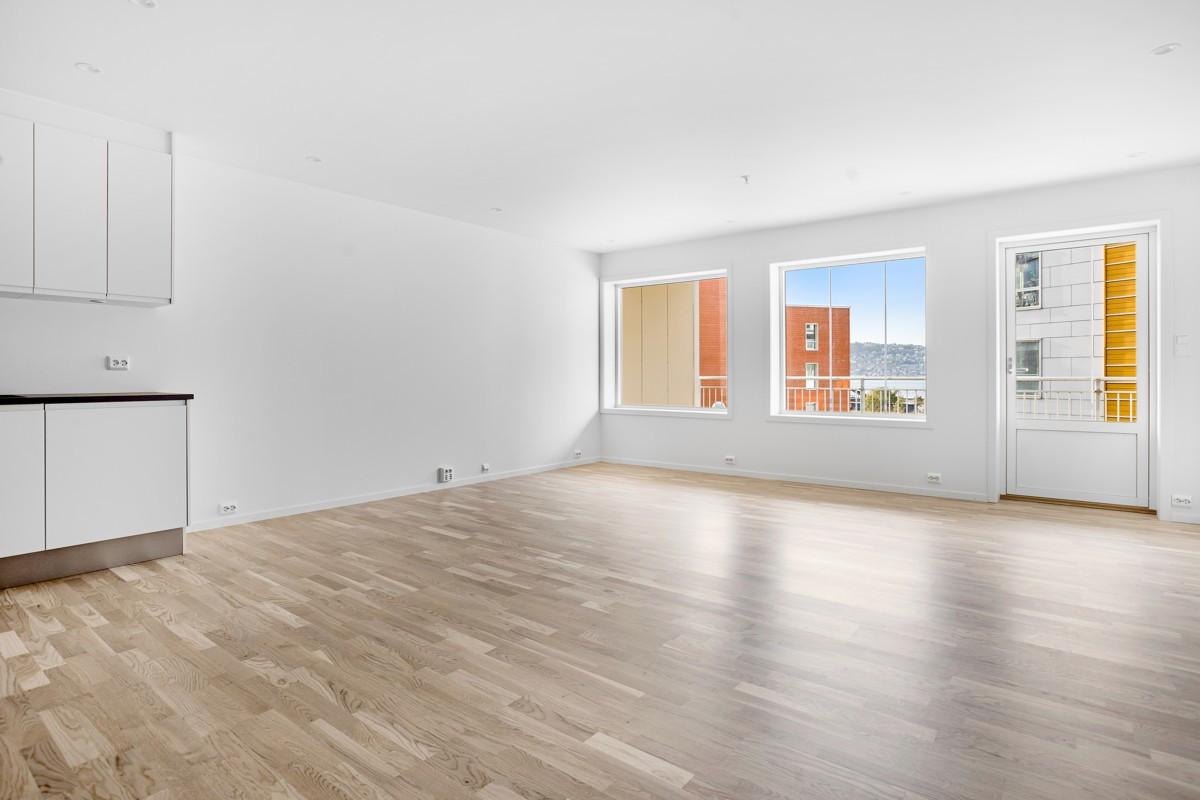 Stor stue med store vindusflater som sørger fra godt lysinnslipp (Bildet er hentet fra tilsvarende leilighet, avvik kan forekomme)