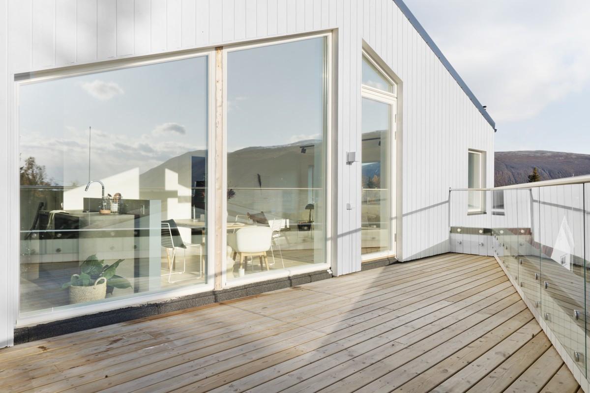 Fra stue/kjøkken er det utgang til en stor balkong med flott utsikt!