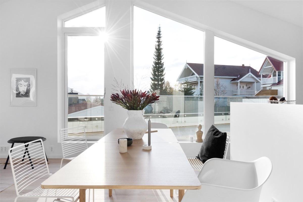 Høyt under taket, rikelig med lysinnslipp og lyse flater
