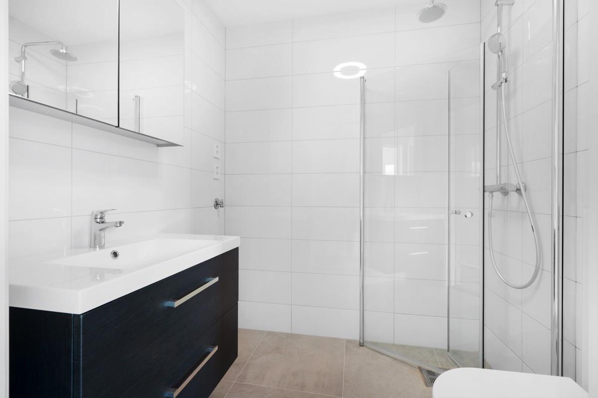 Baderom 2 har også dusjhjørne, vegghengt wc og moderne innredning