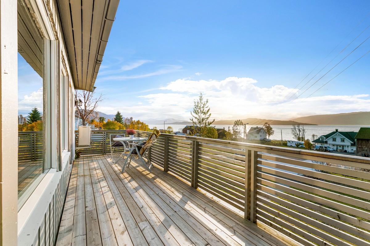 Utgang fra stue til vestvendt veranda med flott utsikt