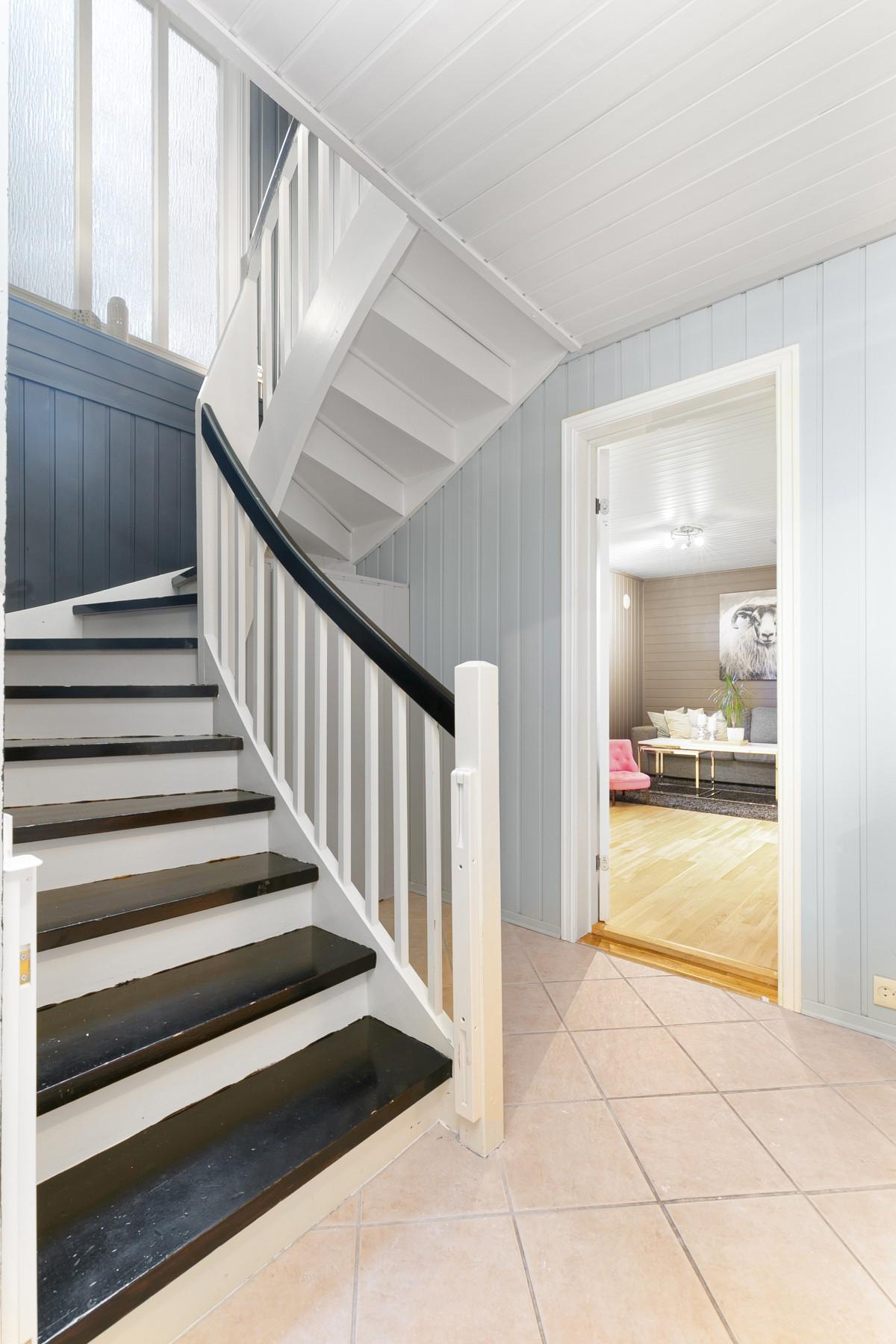 Trapp mellom etasjer og inngang til kjellerstue