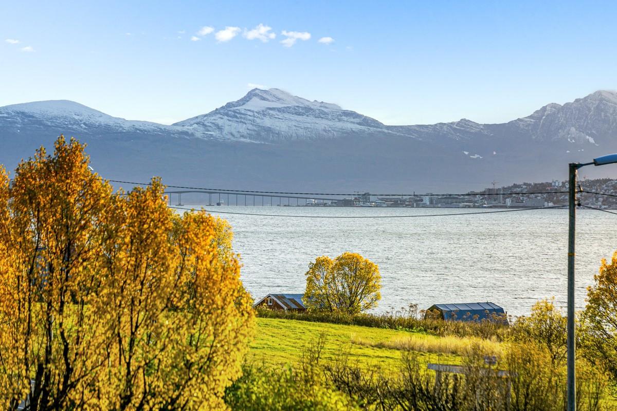Nydelig utsikt mot Tromsøya, Tromsøysundet og Kvaløya