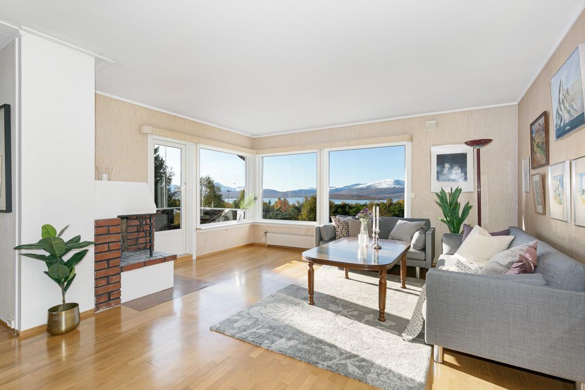 Stue med vedovn og nydelig utsikt fra store vindu