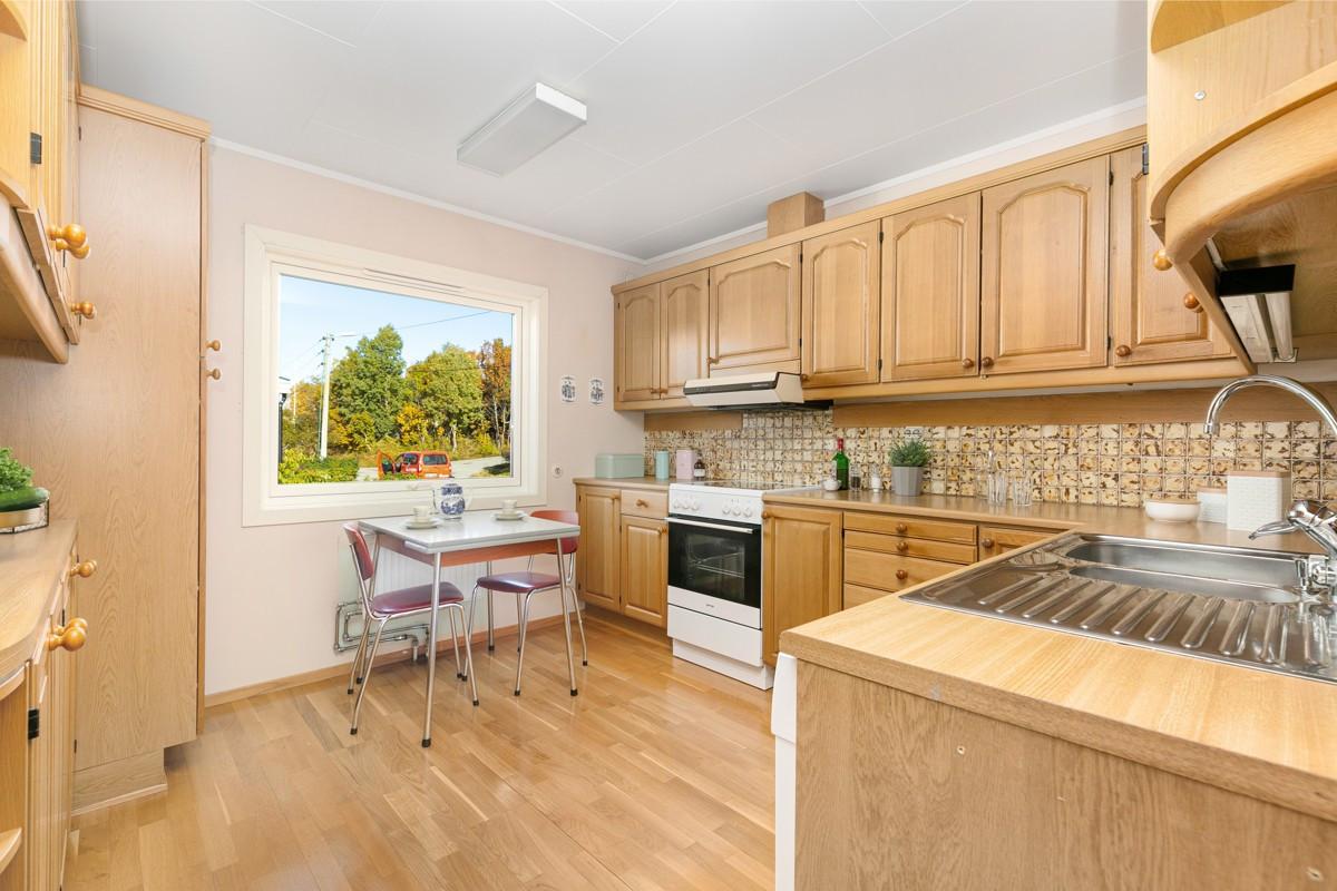 Kjøkken med eikefronter og god plass både i skap og skuffer