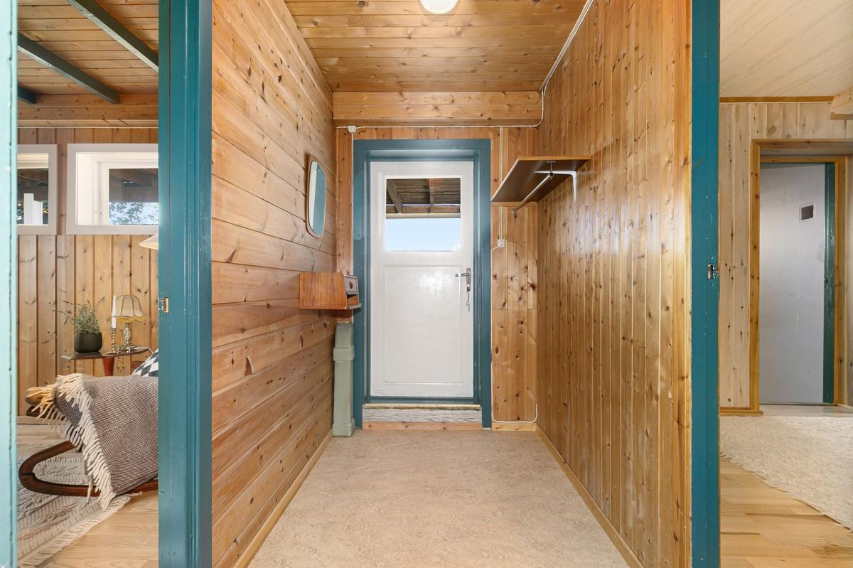 Underetasjen består av kjellerstue, soverom, badstue og vaskerom