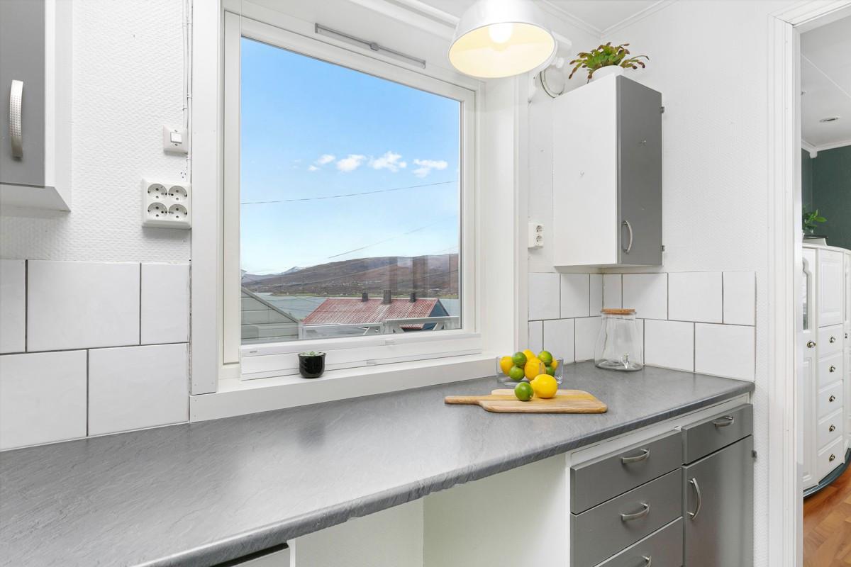 Utsikt fra kjøkkenet mot Kvaløya