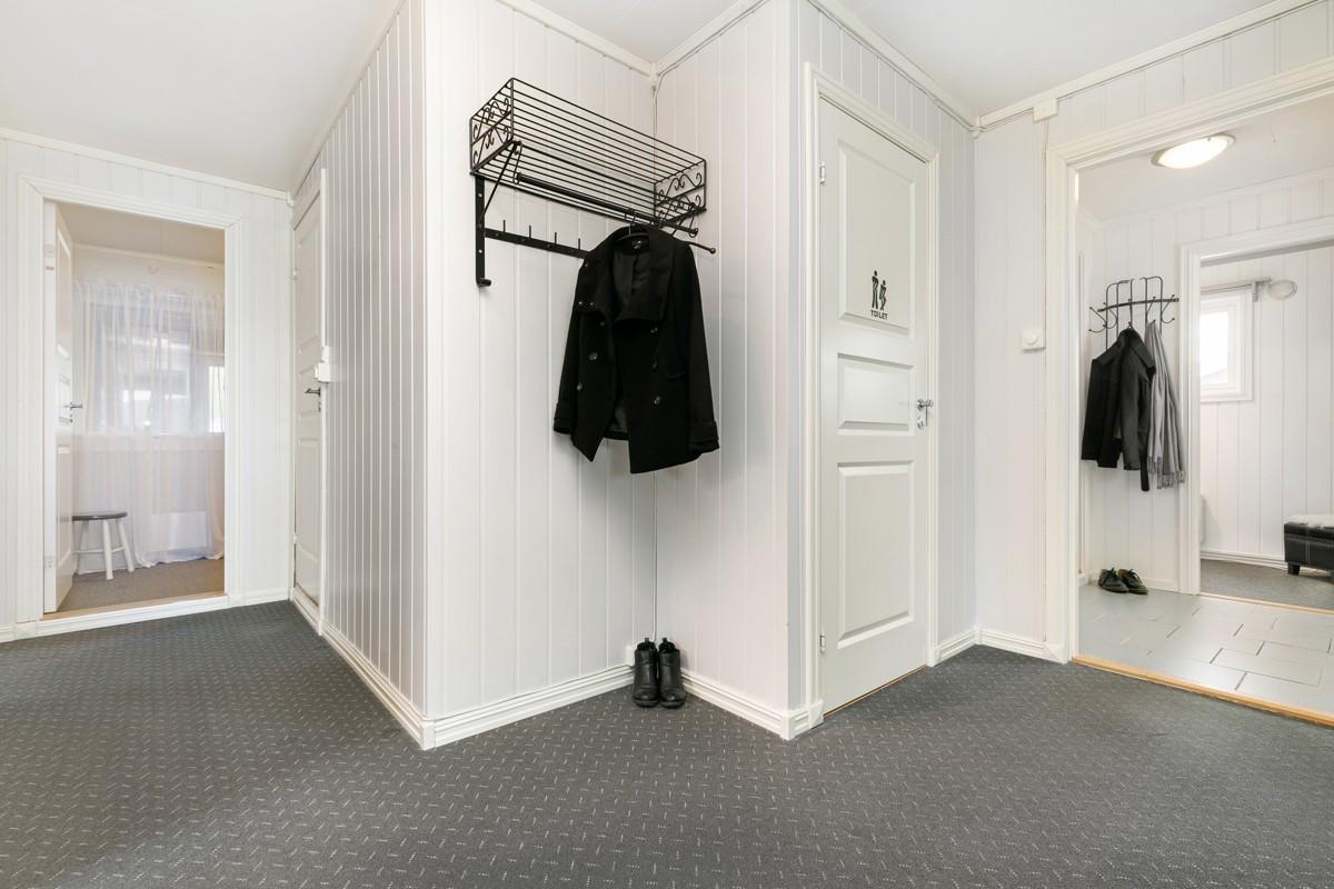 Fra venstre: garderobe/omkledningsrom, bad, WC og entré. Fra entré er det tilgang til soverom 3 og vaskerom