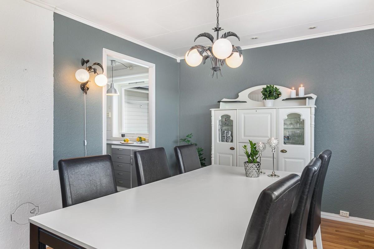 God plass til spisegruppe i overgang fra stue til kjøkken