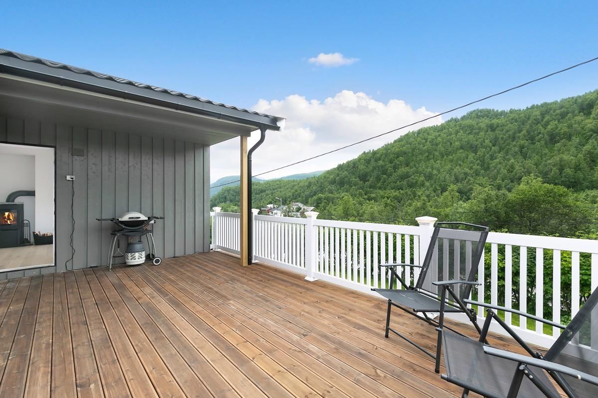 Stor sørvendt veranda som er delvis takoverbygd