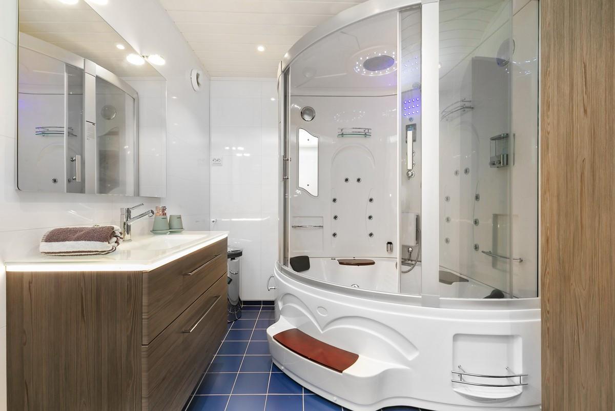 Badet har en romslig spadusj med flere funksjoner
