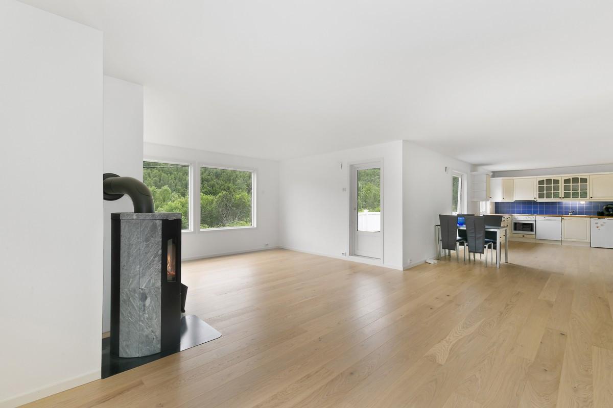 Åpen stue- og kjøkkenløsning med rom for spiseplass