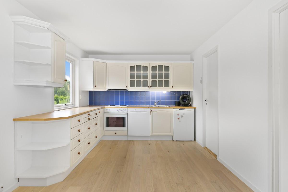 Kjøkken med vindu over benk og praktisk planløsning