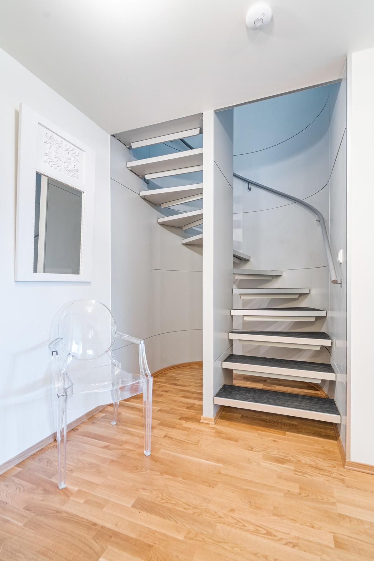 Stilig trapperom mellom etasjene