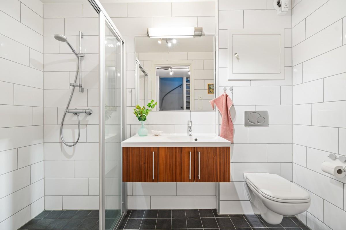 Fliselagt baderom med varmekabler i gulv. Ekstra romslig dusjnisje