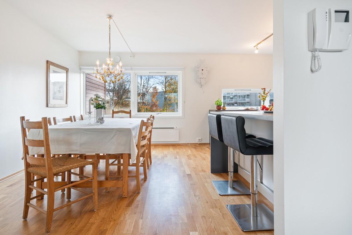 Det er god plass til spisestue på kjøkkenet