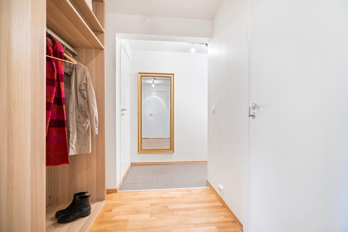 Entré med varmekabler i gulv - Dør til høyre leder til bod med stort vindu som også kan innredes som gjesterom eller kontor