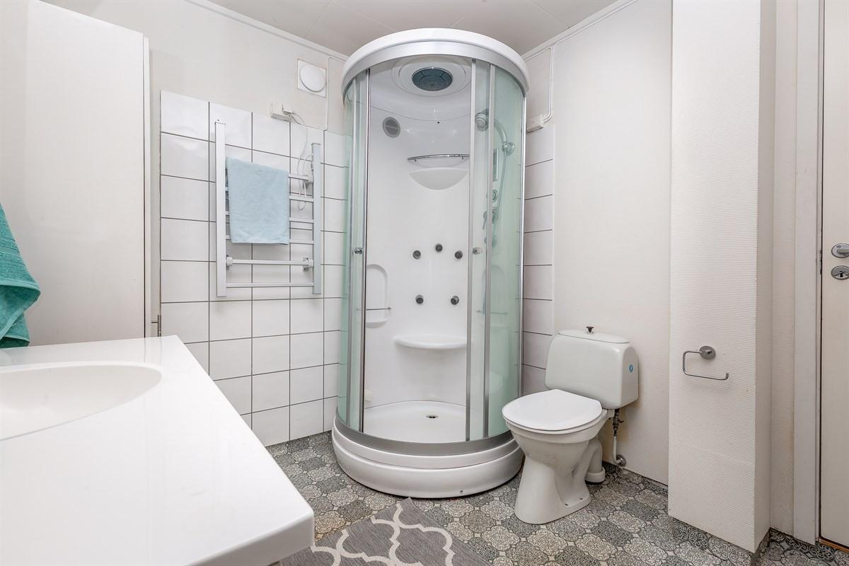 Pent baderom med dusjkabinett, servant og wc