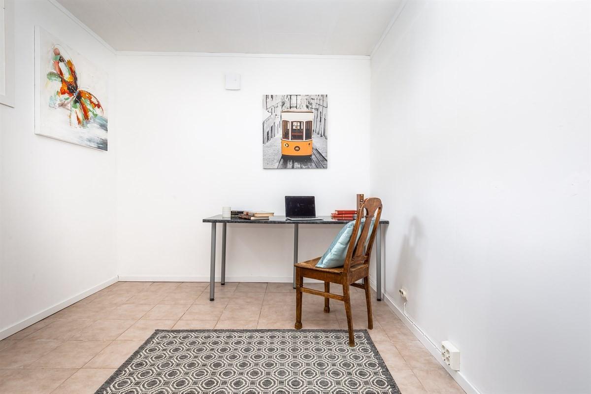 Romslig rom som kan benyttes som kontor, tvrom eller bod/oppbevaring