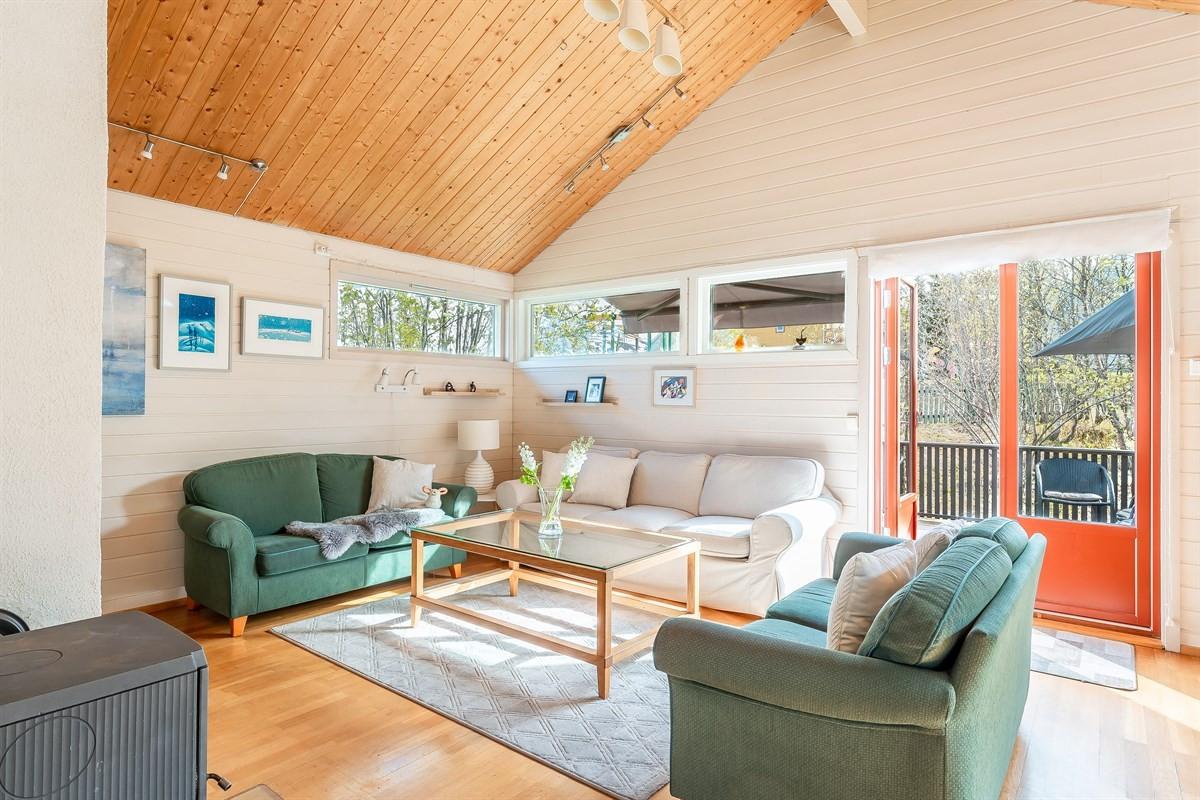 Luftig stue med god takhøyde og utgang til sørvendt veranda på ca. 18 kvm