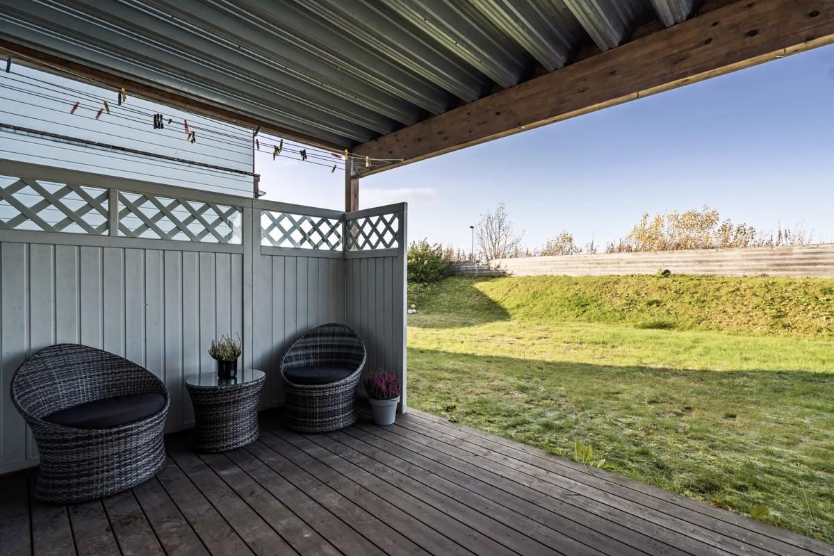 Fra soverommet er det utgang til markterrasse med direkte tilknytting til hagen
