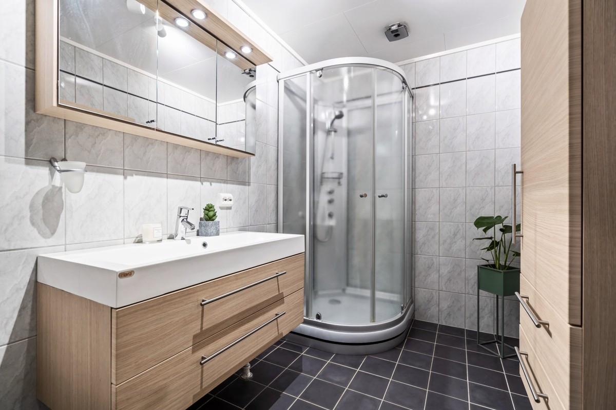 Komplett fliselagt baderom med dusjkabinett
