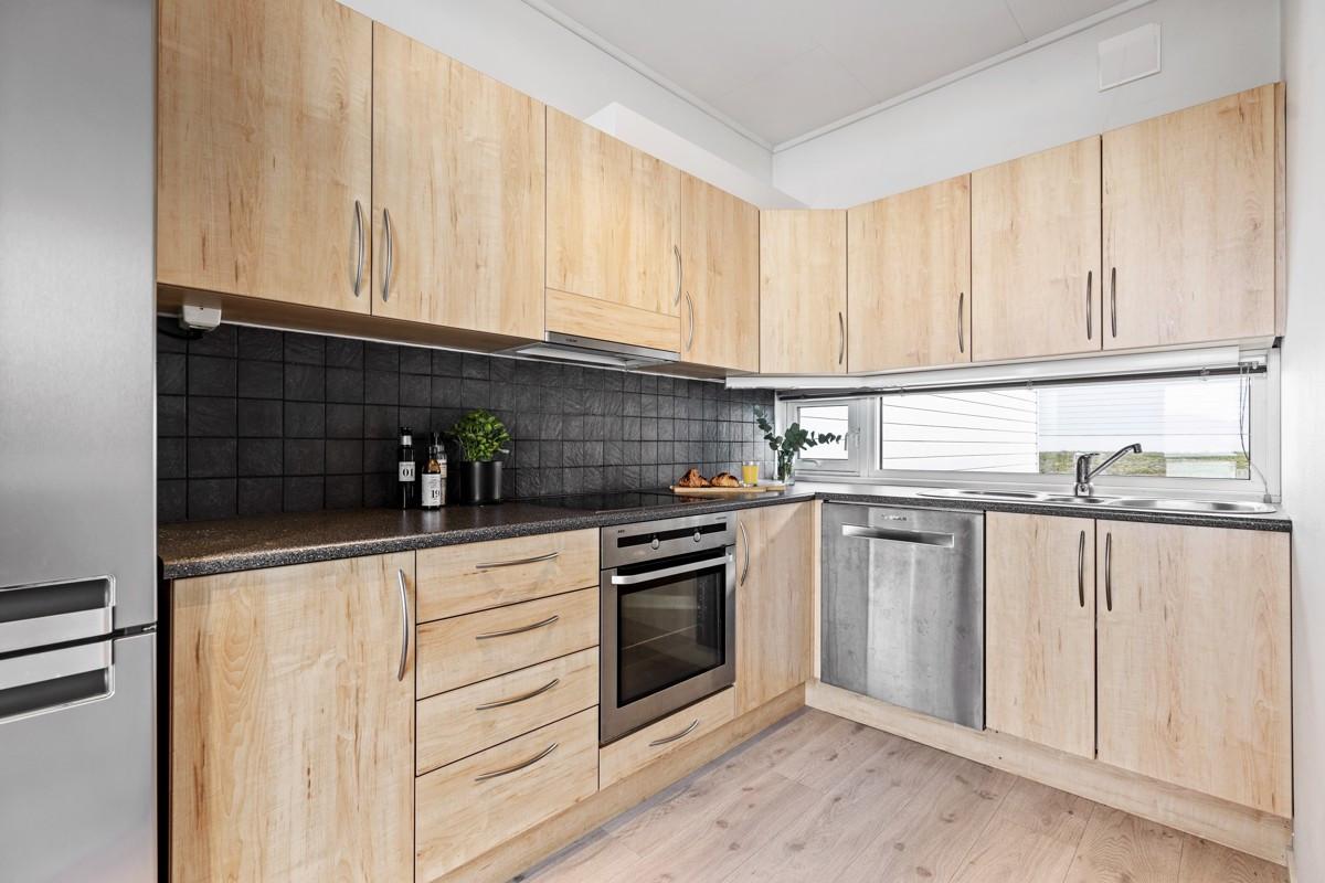 Kjøkken er med pene overflater og integrert stekovn og koketopp