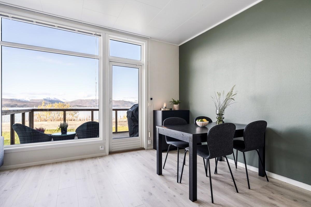 Stuen er av god størrelse og gir mulighet for flere soner og spisebord