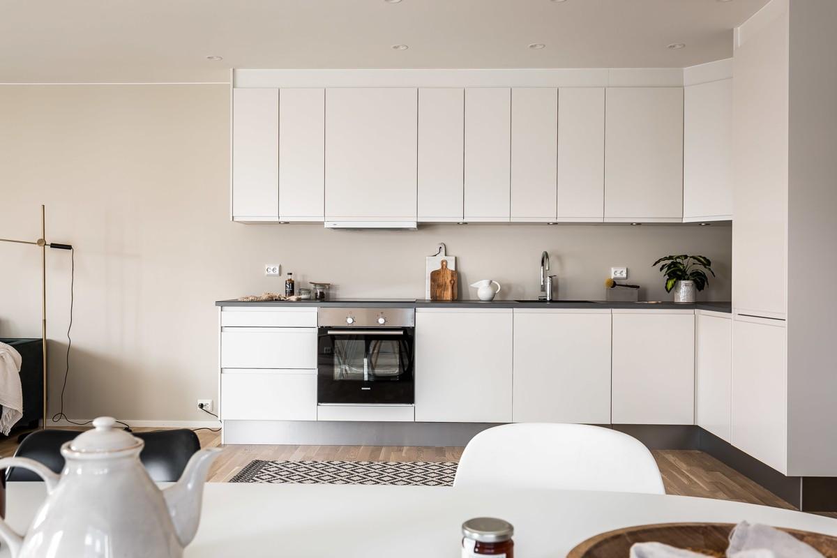 Moderne kjøkkeninnredning med gode oppbevaringsmuligheter i over- og underskap
