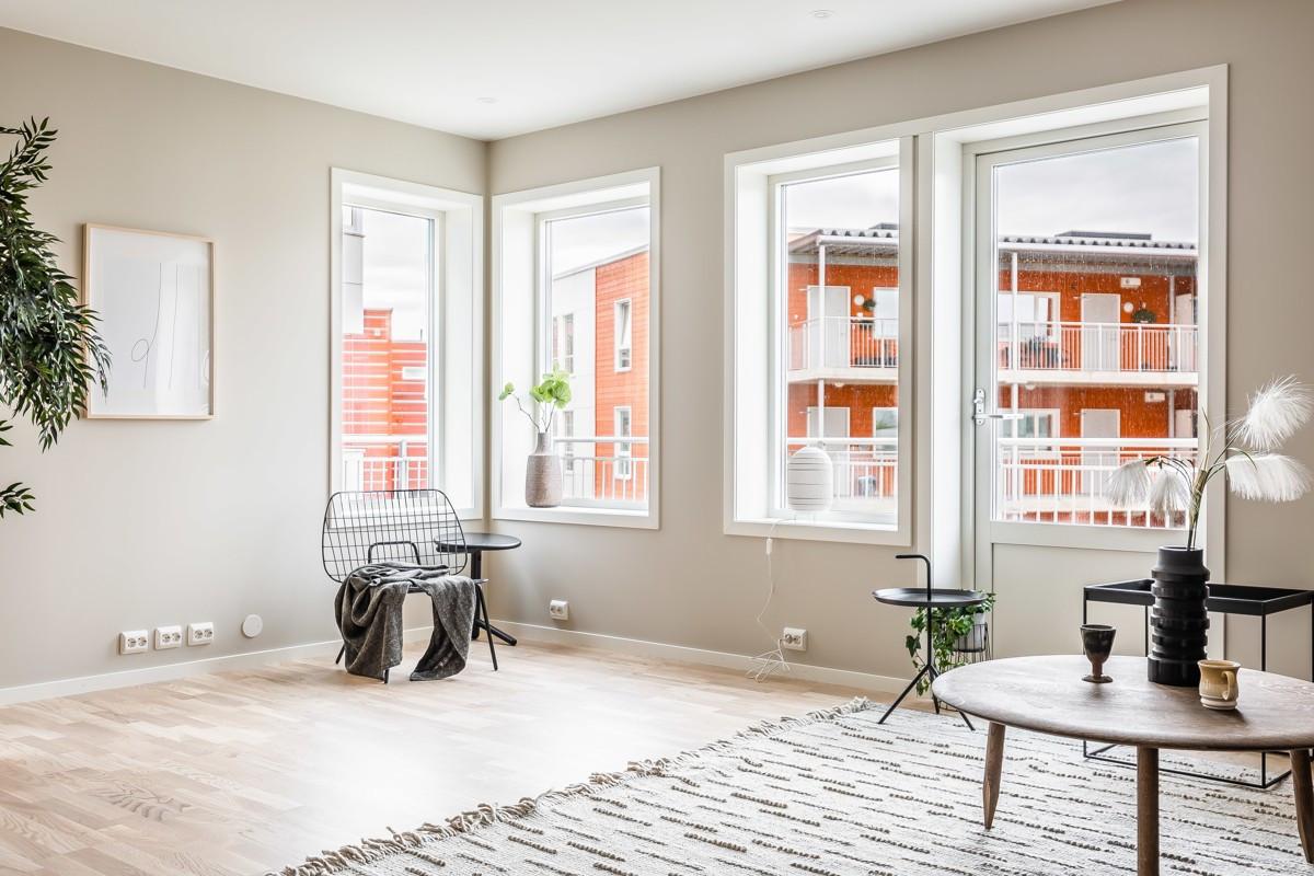 Store vindusflater i stue som gir godt lysinnslipp. Utgang til praktisk innglasset balkong.