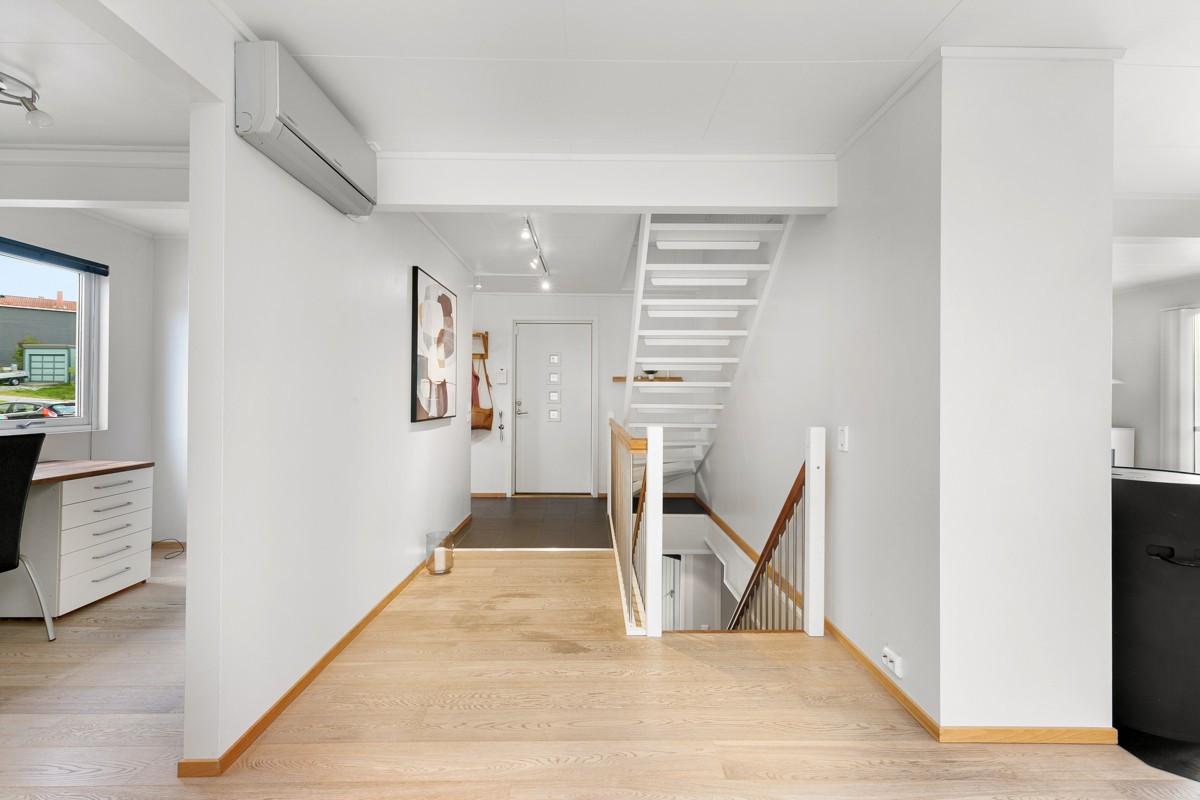 Romslig gang med trapp mellom etasjene