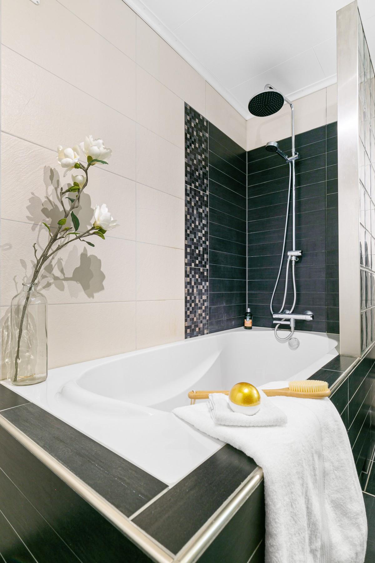 """Elegant innfliset badekar og dusj med """"waterfall"""""""