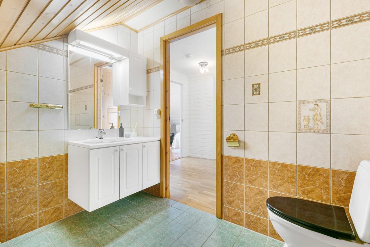 Komplett flislagt toalettrom med opplegg til badekar