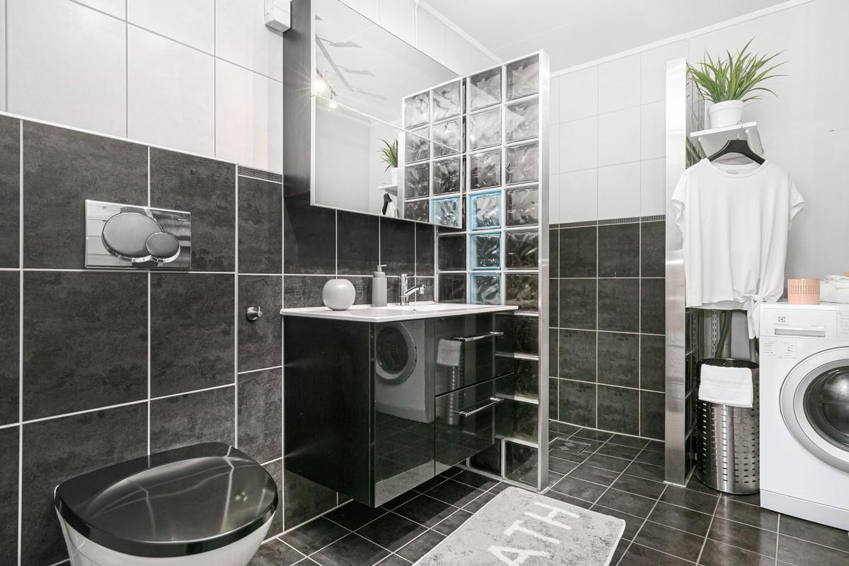 Flislagt bad med dusnisje og opplegg for vaskemaskin