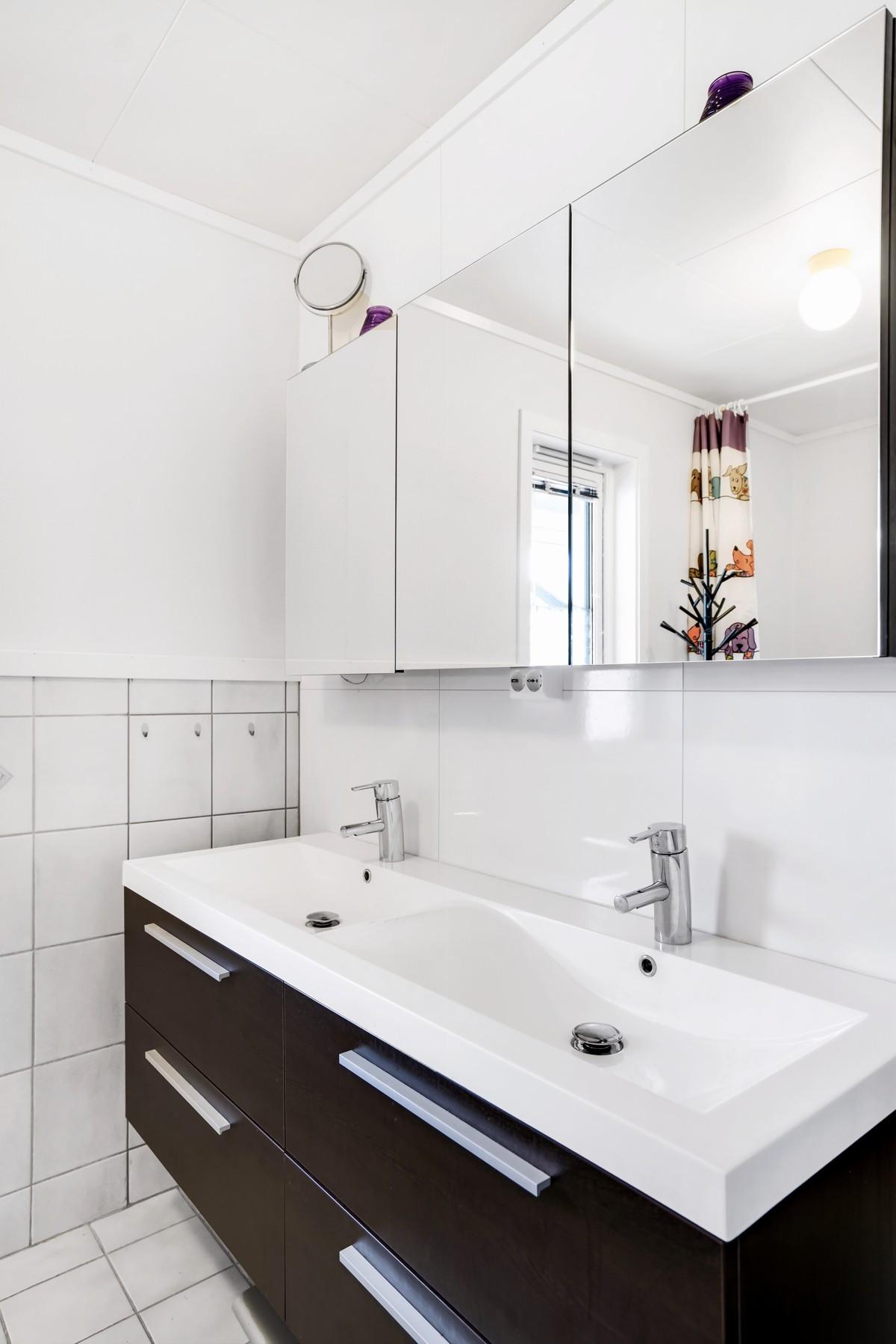 Moderne innredning, skuffer for god plass og speilskap