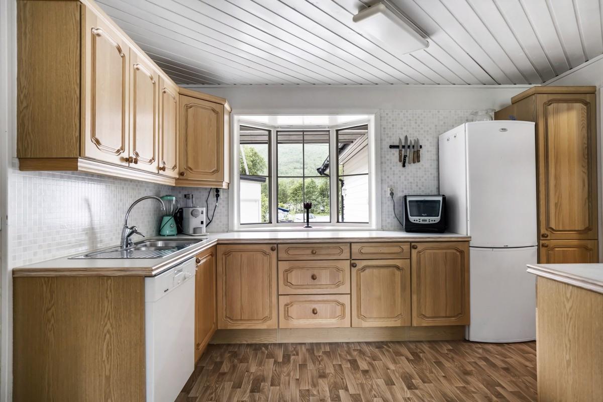 Kjøkken med barløsning og rikelig med skapplass