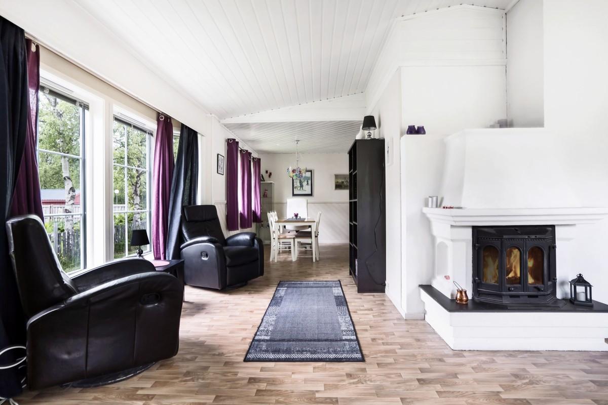 Boligen har både vedovn, luft/luft varmepumpe og gulvarme i store deler av boligen